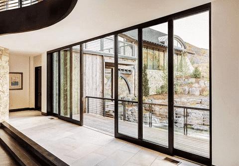 Một trong nhiều phương cách giúp ngôi nhà rộng rãi hơn đó chính là cửa nhôm kính