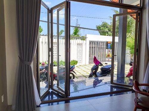 Cửa lùa xếp phù hợp cho villa, nhà có sân vườn