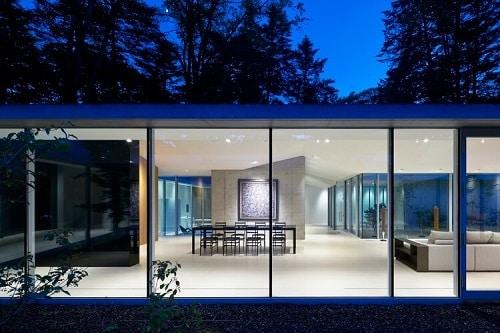 Cửa nhôm kính kết hợp với phong cách tối giản giúp ngôi nhà rộng rãi hơn
