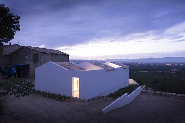 Nhà được xây dựng theo dạng nối tiếp nhau, nhiều gian cho không gian sinh hoạt thêm thoải mái