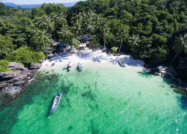 Làn nước trong xanh soi bóng những hàng dừa vô cùng thơ mộng