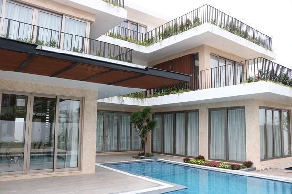 Toàn bộ ngôi nhà đều sử dụng nhôm Nhật Bản, làm đậm thêm phong cách hiện đại, sang trọng